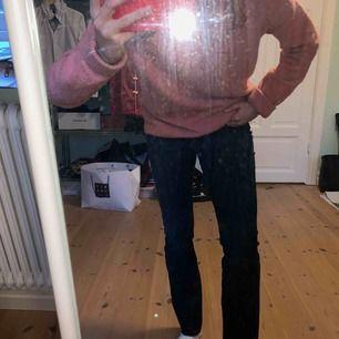 Snygga mörkblåa jeans från wrangler! Är lite förstora för mig som är en 36 samt w.27 ca. Har klippt av byxorna längst ner och passar mig i längden som är 165 cm lång. Priset går att diskutera och hör bara av er om ni har några frågor💞💗