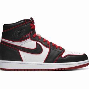 Söker air Jordan 1 helst bloodline men annars någon annan röd/svart/vita. Storlek 38-39 Kan tänka mig betala Max 2100  Hör gärna av er om ni har något🥰🥰