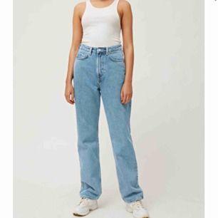 Jättesnygga jeans från Weekday i modellen Row. Endast använda ett par gånger! Frakten är inte inkluderat i priset💕