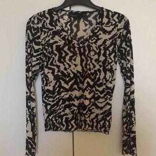 Långärmad halvgenomskinlig tröja med trendigt mönster i off-white/svart 🌟👌 Strl 34/36 och passar xs/s. 📬 Frakt 49 kr.