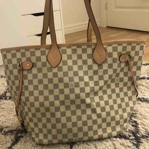 Fake Louis Vuitton väska. Stor och rymlig. Har enfläck på insidan och en liten fläck på utsidan (se bilder). 66kr frakt, köparen står för frakt💗