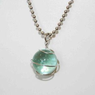 Väldigt fint halsband med en pärla 💚 OBS! Vi kan ej garantera vilket material smycket är gjort i. Frakt ingår inte i priset. Om du vill köpa till en papperslåda vi har tillverkat själva tillkommer en extra kostnad på 15kr ✨