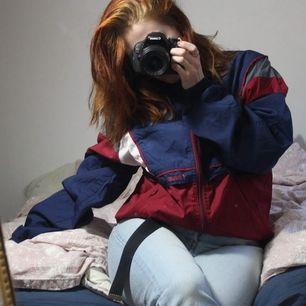 Snygg vintage jacka från topline! Storlek 6, vet inte exakt men uppskattar till kille stl M och L i dam. Jag är medium och tycker den är snyggt oversize på mig! Frakt 44kr