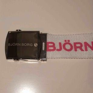 Skärp från Björn Borg med ett silver spänne. Oanvänd, alltså bra skick. Säljer för 70kr+frakt ( frakten går på ca 30-40kr )