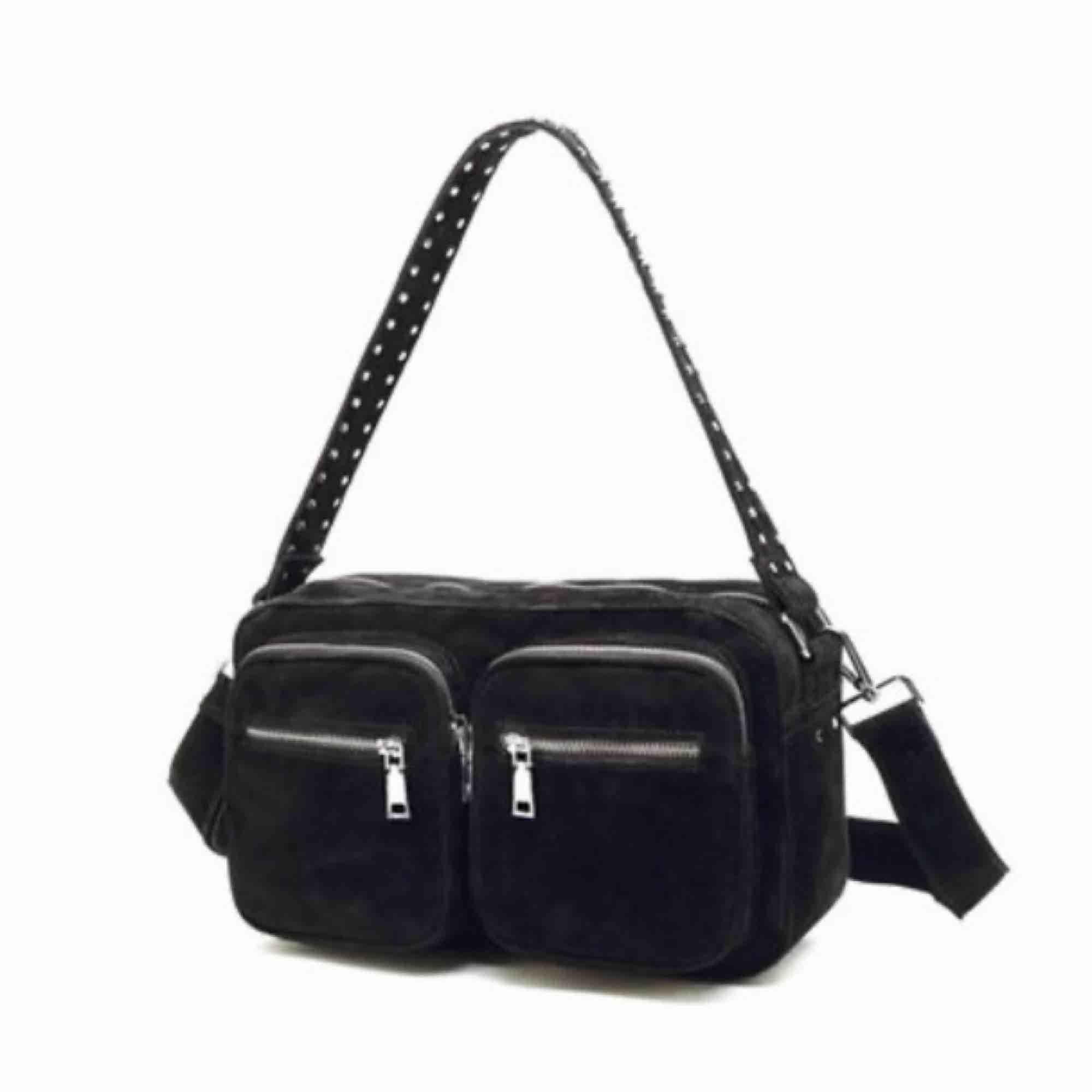 En sjukt trendig väska från Noella! Det är den större sizen och den är väldigt rymlig. Säljer då den inte kommer till användning. Kontakta mig vid fler bilder på väskan:) (Det längre bandet medföljer tyvärr inte). Väskor.
