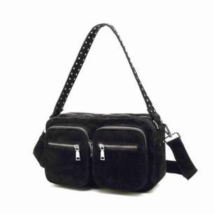 En sjukt trendig väska från Noella! Det är den större sizen och den är väldigt rymlig. Säljer då den inte kommer till användning. Nypris ligger på 800 kr! Kontakta mig vid fler bilder på väskan:) (Det längre bandet medföljer tyvärr inte)