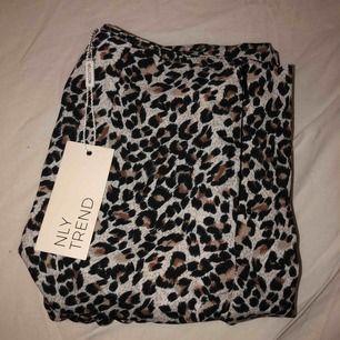Leopard kjol från Nelly i storlek 34. Helt ny med prislapp kvar, passade inte mig. Andra bilden visar kjolen på hemsidan bara i annan färg. Säljer kjolen för 150kr+ frakt! Nypris 249kr ( frakten går på ca 30-40kr )