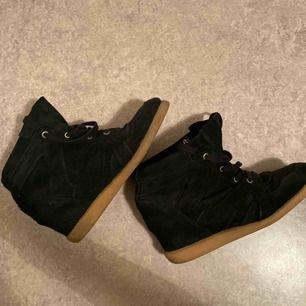 Säljer dessa snygga skor som jag ej minns vart dom är ifrån! Nypris 1000kr