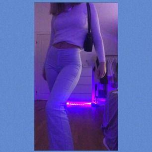 Snygga utsvängda byxor i en ljusblå färg👖💙👖