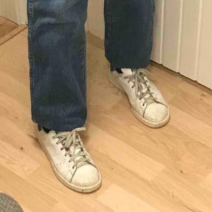 Vanliga Stan Smith skor, i bra skick men lite smutsiga så det syns att de är använda, det kanske går att få bort om man tvättar dem💖