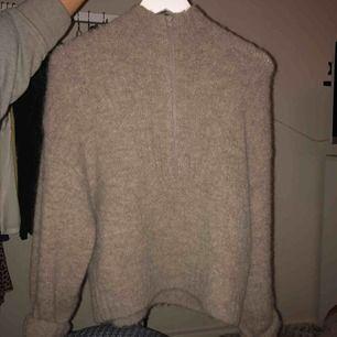 Stickad weekday tröja med zip i nyskick. Inköpt för 500kr