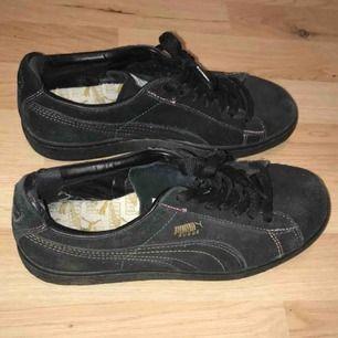 Asnajs skor från puma, tyvärr för små för mig:/ Syns knappt att de är använda bortsett från lite slitningar vid hälen som syns på bild 2, inget man känner eller ser när man har dem på sig dock :)