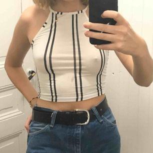 Linne som är stretchigt och med band som knyts i nacken vilket gör att det kan passa flera storlekar, fläcken på bilden är på spegeln inte på linnet! :)