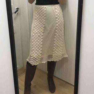 Jättefin vit kjol köpt på beyond retro, den har ett litet hål i underkjolen som knappt syns men det är bara att säga till så skickar jag en bild! :)