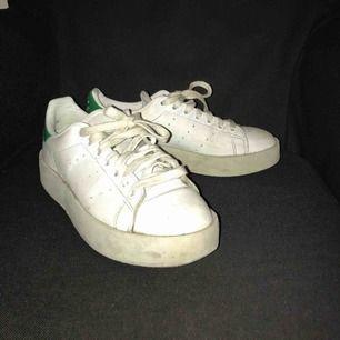 Stan Smith skor med hög sula! Så jävla snygga men tyvärr för små för mig, köpta för 999kr, väl använda men i bra skick!