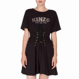 Äkta kenzo som jag köpte på plick. Fint skick, dock två fläckar som fanns på klänningen när jag fick hem den. Dock så syns inte fläckarna vid användning för dom viks in. Jag betalade 700 med frakt. Mitt pris 499kr plus 60kr frakt. Köpt är köpt