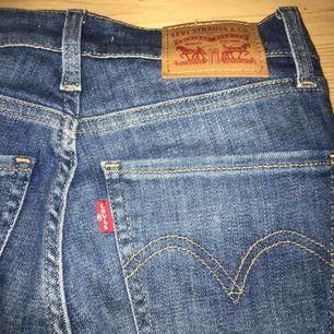"""Säljer dessa jeansen från Levis i den populära modellen """"mile High super skinny"""". Är använda 1 en gång typ och nypris är 1000 kr. Tänkte 300 inkl frakt."""
