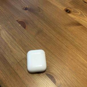 Apple AirPod case (utan hörlurar) till salu, använts i mindre en månad fungerar utmärkt med väldigt bra batteri längd. En iphone kabel medföljer. Pm
