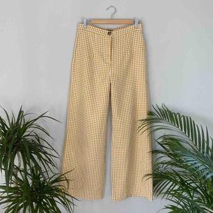 Helt nya gula byxor med hundtandmönster från NasyGal. 2 fickor. Frakt tillkommer. 🌼Kolla gärna på allt annat jag säljer🌼