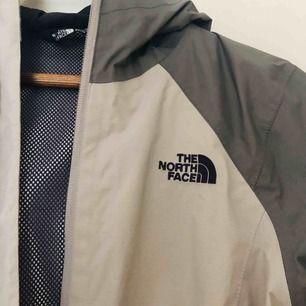 Säljer denna North Face-skaljacka! Storlek XS, köptes i USA för ca. 2 år sedan men sparsamt använd. Gott skick förutom en mindre fläck vid midjan som tyvärr inte går bort, dock inget som stör. Frakt tillkommer 💫