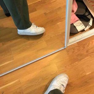 Snygga, vida och sköna chinos byxor från Dr Denim! Sparsamt använda och sitter snyggt över skorna, som på bilden. Priset kan diskuteras och möts upp i Stockholm!