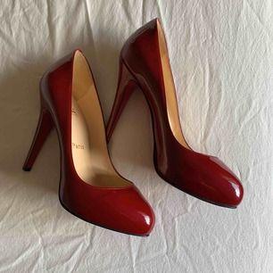 Äkta Christian Louboutin-skor, använda en gång inomhus. Perfekt skick. Skickas spårbart med försäkring!