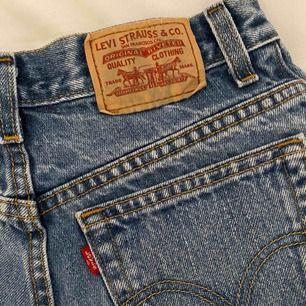 """Jättefina jeansshorts från Levis. Passar 34-36 beroende på hur man vill att de ska sitta 🥳 jättefint skick, enda """"felet"""" är att märket färgades lite blått på vissa ställen av jeanstyget när jag tvättade dem vilket man ser på bild 1"""