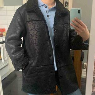 Faux-fårulls jacka köpt vintage, storlek M. Frakt ingår i priset