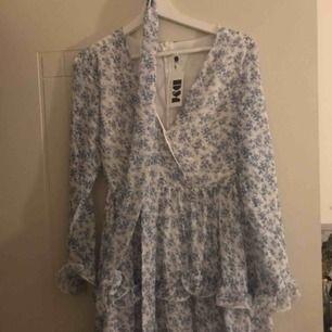 Säljer en oanvänd klänning från DM retro. Jättesöt men vet med mig jag aldrig kommer att få användning för den... Fri frakt <333