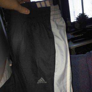 Adidas byxor, jag som är en Medium och har lite bredare höfter fick på mig dom men dock väldigt tajta runt låren. Betalning sker via swish och köpare står för ev frakt.