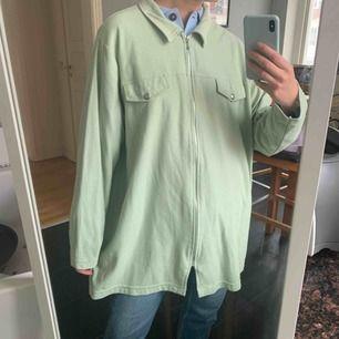 Vintage tröja som inte har någon storlek. Frakt 59kr, färgen är mint som på bild 1!