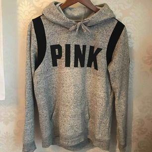Oversized hoodie (sitter som en M), går över rumpan och jag är 163. Nypris cirka 450kr köpt på Victoria secret butik i London av en annan användare på Plick, jag köpte den av henne.