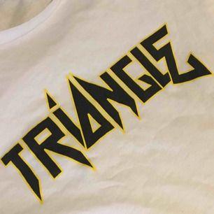 Triangle t-shirt storlek står inte på tröjan men den passar xs-m beroende på hur man vill ha passformen😊