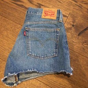 Jättefina och oanvända Levis short, tyvärr så är shortsen för stora, därför säljer jag dem.  Storlek: S, skulle säga att den passar till w27-w28  Möter upp eller fraktar, köparen ta hand om frakten.
