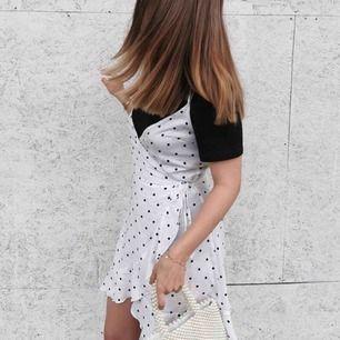 Klänning från H&M i fint skick! Endast använd när dessa bilder togs. Storlek 36. 99kr och frakten är inräknad på 45kr. Prutat och klart. Är även snyggt att ha en tröja över!