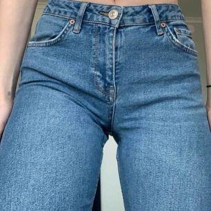 Jeans köpta på Urban outfitters perfekta till våren!🌸 korta längst ner på mig som är 170😊 kan mötas upp i Stockholm eller så står köparen för frakt