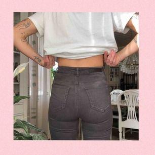 Jättestretchiga jeans. Sitter väldigt tight, men som sagt fortfarande behagliga tack vare så mjuka!! Hål i båda knäna! Gråa.