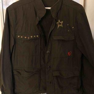 Jacka från H&M i militärgrön färg