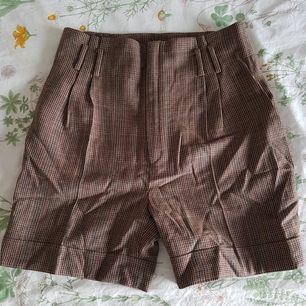 Skitsnygga highwaistade shorts från Zara i retrostil 😍 Köpte dem second hand, men de var tyvärr för små för mig. De är i jättebra skick och är 100% ull! Möts upp i Uppsala eller Stockholm, annars står köparen för frakt 😌