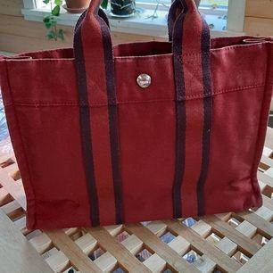 Äkta Hermés väska. Bra Skick L30×D8×H22H22cm ..HERMÈS Fourre Tout PM Dark Red Canvas Tote Handbag.