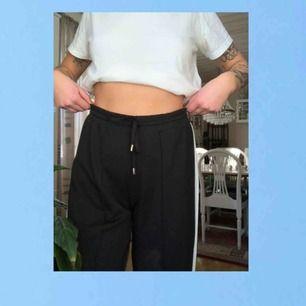 Mjuka byxor med liten liten liten slits längst ner. Iprincip nyskick.