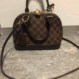 """Säljer min LV väska """"ALMA BB"""" pga att jag har en annan modell jag gillar mer och har ingen användning av denna väska! Den är helt ny, använt den 1gång och är i väldigt bra kvalité!!  Fick denna väska när jag fyllde år!"""