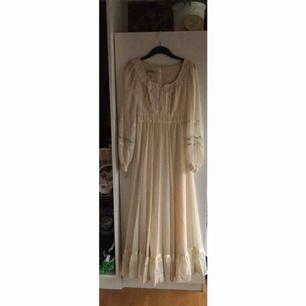 Underbar klänning från Gunne Sax, äkta såklart. Supersöta detaljer och underbar halvfluffig kjol. Den är så fin i skicket och har mest hängt uppe och blivit beundrad. Den saknar att bli använd och söker därför nytt hem. 💌