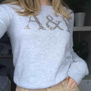 Jag säljer en Abercrombie & Fitch sweatshirt med jättefina paljettbokstäver på. Storlek xs⭐️💗 Knappt använd.