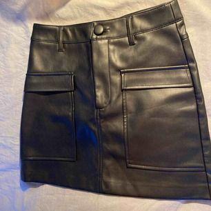 Skinnkjol med två stora fickor där fram ifrån Zara. Använt 1 gång så väldigt bra skick! Nypris 399kr