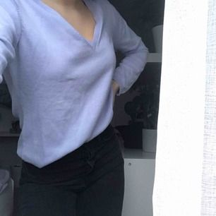 Världens finaste babyblåa tröja. 👕🐋🦋Långärmad med V-ringning. 100% bomull. Tröjan är Vintage och i JÄTTEBRA skick. Knappt använd.😁💗