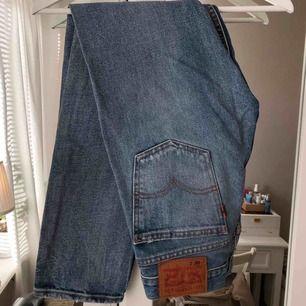 Blåa jeans från Levi's 505. Strl W28 L30 men väldigt små i storlek. Jag brukar ha 36/38 och de är för små för mig så de skulle nog passa en 34.  300 kr