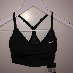Sport-bh av märket Nike i storlek XS. Bh:n är lätt vadderad med tunna axelband. Den är helt oanvänd då jag fick den i present och storleken är för liten. Nypris: 299SEK Frakt: 20kr