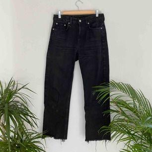 Raw hem jeans från Weekday i modellen Voyage! Klippta från L32 till L30. Frakt tillkommer. 🌼Kolla gärna på allt annat jag säljer🌼
