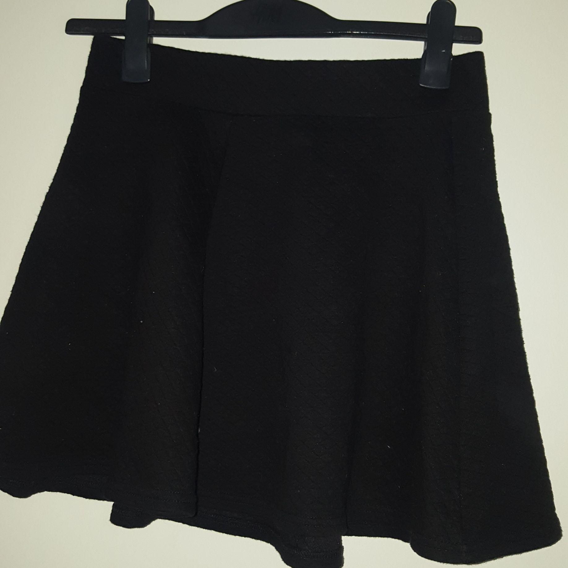 Kjol från H&M den har en dragkedja där bak vid över delen av ryggen. Den är väldigt fin och fladdrig.. Kjolar.